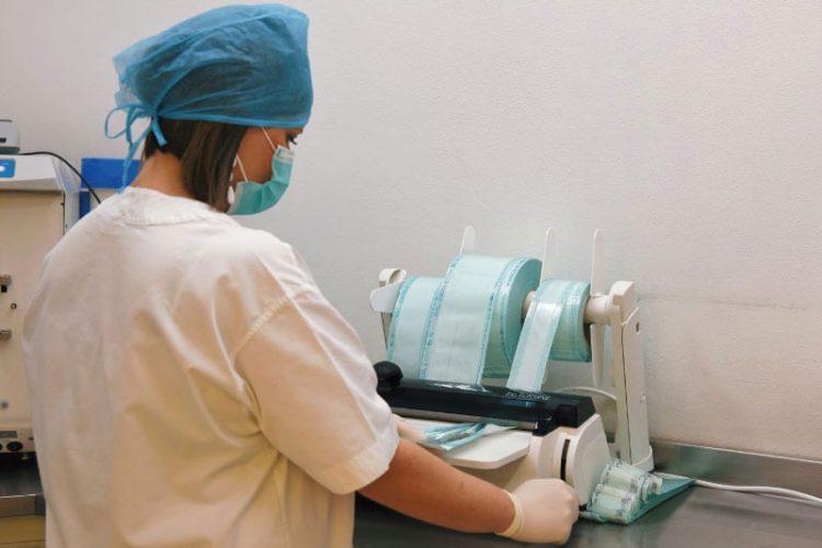 assistente del dentista che controlla lastre