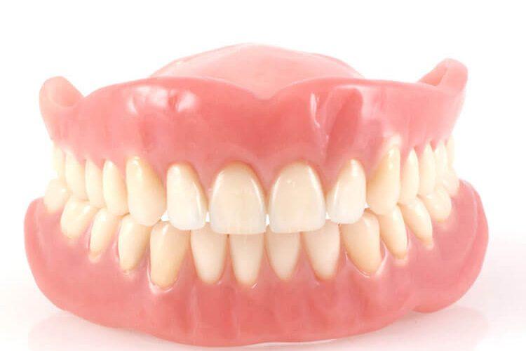 la protesi dentale ovvero la dentiera, è uno dei servizi effettuati nello studio dentistico del dottor. bogoni